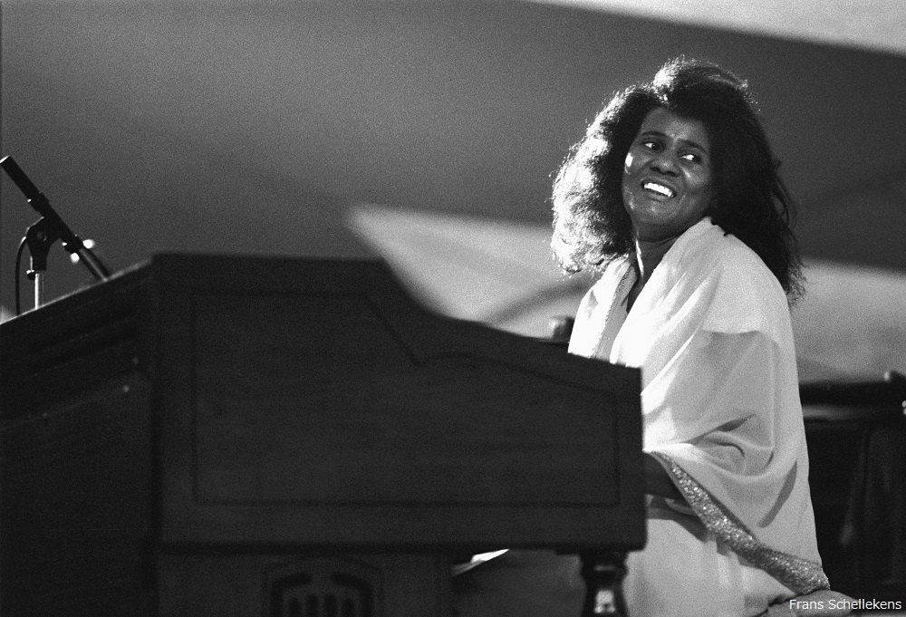 THE HAGUE, NETHERLANDS - 12th JULY:  American jazz pianist Alice Coltrane (1937-2007) performs live on stage at the North Sea Jazz Festival in the Hague, the Netherlands on 12th July 1987. (photo by Frans Schellekens/Redferns)